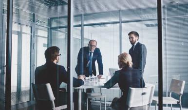 Líderes discutindo sobre gestão de pessoas