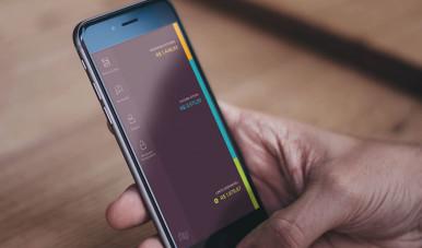A imagem mostra alguém utilizando o aplicativo do nubank no celular.
