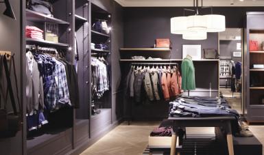 Na imagem, foto do interior de uma das lojas da marca de moda masculina Reserva.