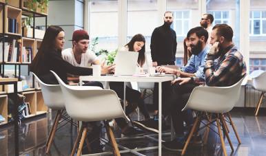 Na imagem, grupo de pessoas discutem sobre as perguntas que podem ser feitas com um potencial cliente.