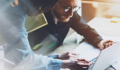 Na imagem, vemos uma pessoa no computador analisando o modelo de negócio que criou.