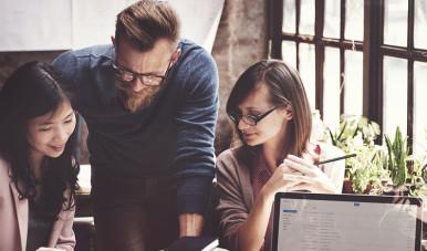 Imagem retirada do site Shutterstock, que mostra uma equipe desenvolvendo o exercício Business Model Convas