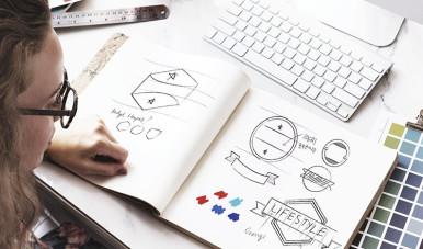 Na imagem, jovem cria logomarca da empresa