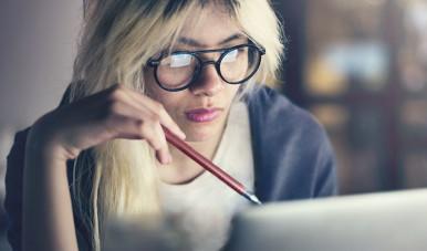 A imagem retrata um profissional de Marketing de Conteúdo  observando a estratégia de Inbound Marketing que foi planejada para o negócio