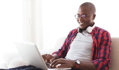 Na imagem, vemos um homem utilizando seu computador